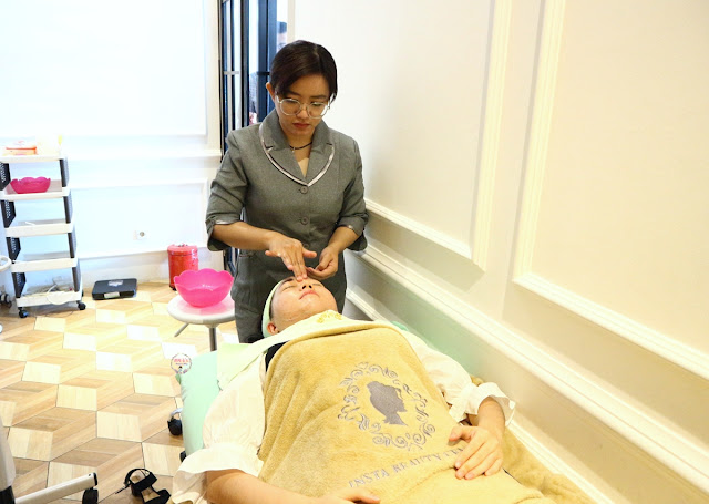 cleansing step at Insta Beauty Center