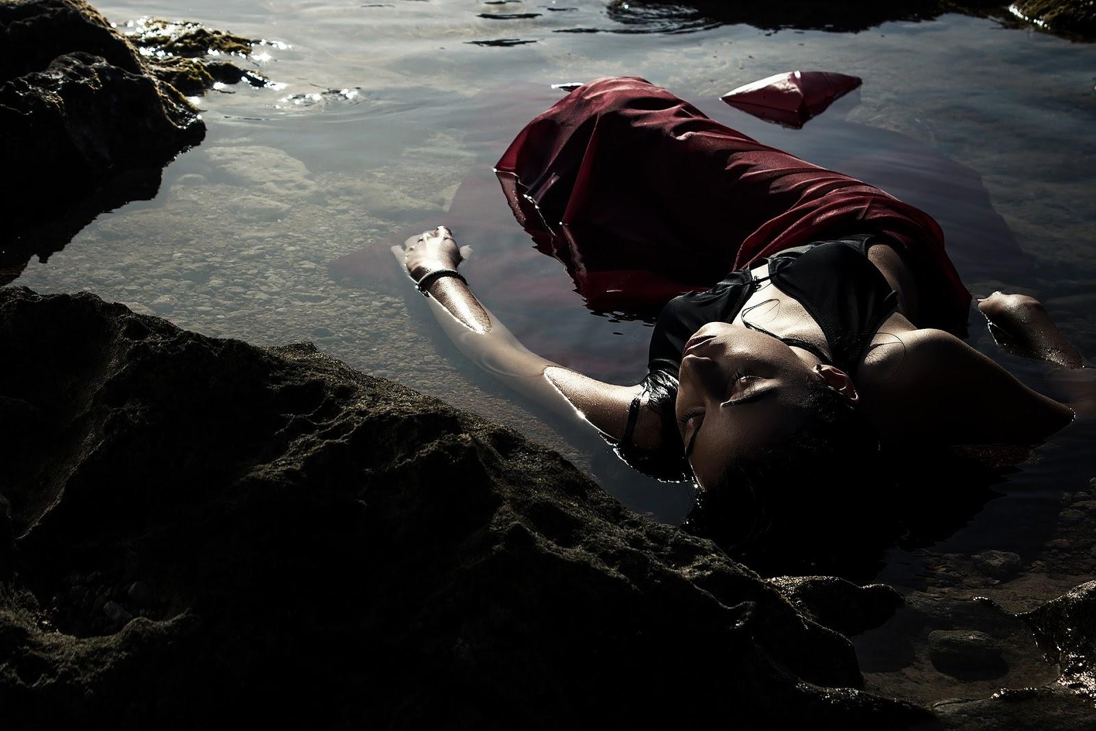 Denizde Depresyonda Olan Kadın