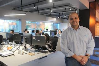 Foto que mostra um call center com estações de trabalho atendendo clientes