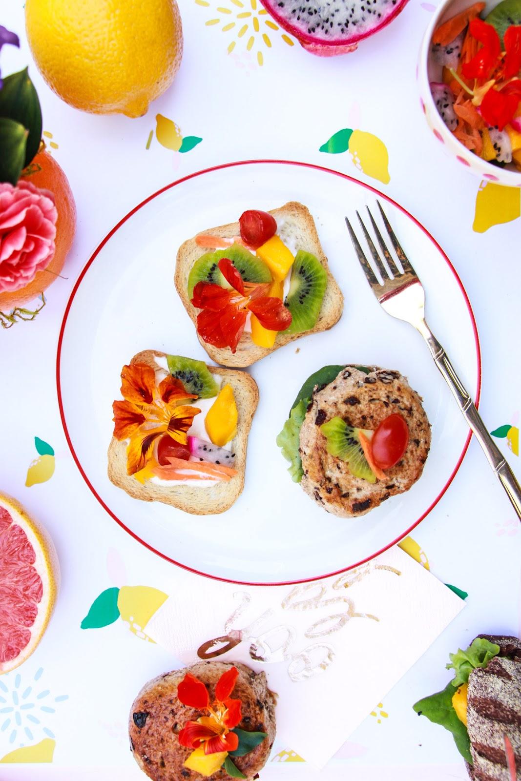 picnic torradas decoradas com flores comestiveis