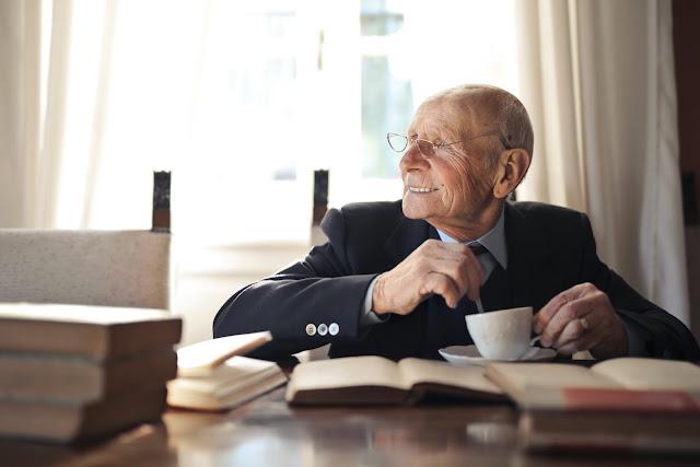 فوائد القراءة لكبار السن