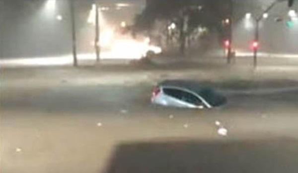 VÍDEO: Mãe e filha morrem abraçadas, segurando um terço, dentro de carro durante alagamento