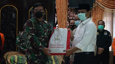 Panglima TNI Terjun Langsung Tinjau Banjir Kalsel dan Serahkan Bantuan Presiden Jokowi Serta 34 Perahu Karet