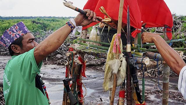 Hinting Pali merupakan sebuah upaya menemukan jalan tengah pada konflik berbasis pertanahan. Budaya tersebut sering dilakukan ketika masyarakat yang sedang terlibat sengketa berusaha mencari jalan damai dengan upacara adat hinting pali tersebut