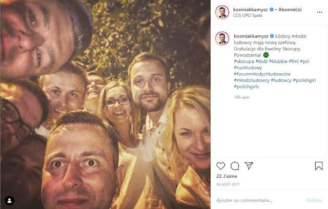 Władysław Kosiniak-Kamysz na selfie z grupą kobiet i mężczyzn z PSL