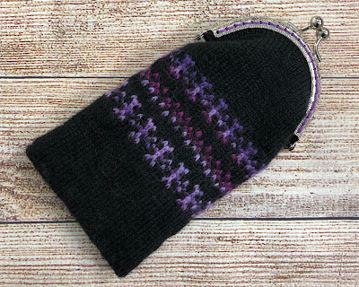 Coin purse knitted with DROPS Fabel Black and Candy Print