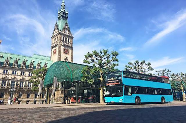 Ônibus turístico nas ruas de Hamburgo