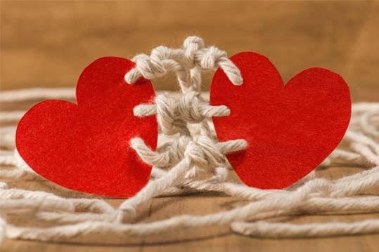 2 corazones unidos por un cordón (diferencia entre amor y apego)