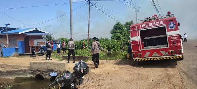 Polres Merauke Tanggap Datangi Kebakaran Lahan di Jalan Nowari
