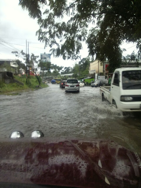Foto Banjir di jalan Kota Tasikmalaya. Foto : twitter Polresta Tasikmalaya.