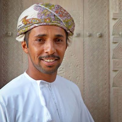 Omaní en la mezquita de viernes en Bahla