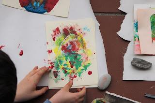 desenho de ovo da Páscoa, pintado com a técnica da esponja