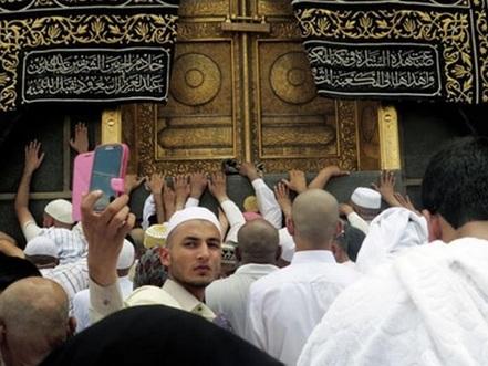 menunaikan ibadah haji di mekah
