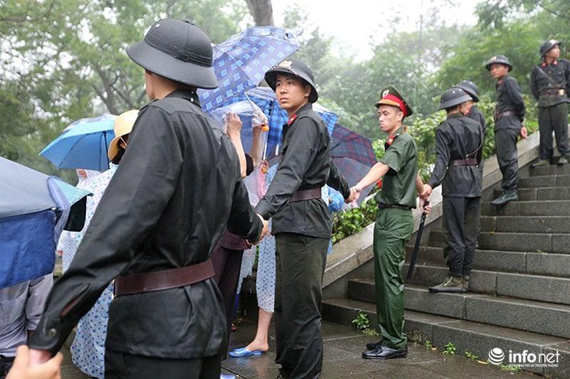 Chùm ảnh lực lượng tình nguyện đội mưa làm hàng rào tại Đền Hùng - Ảnh 6