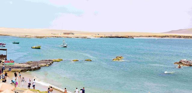 praia cheia de turistas na areia da praia