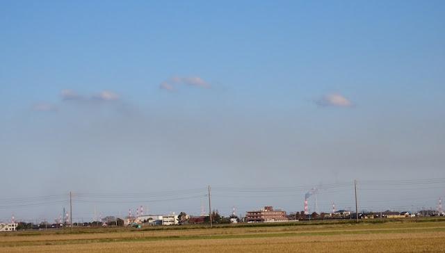 真っ青な空に下を覆うスモッグ