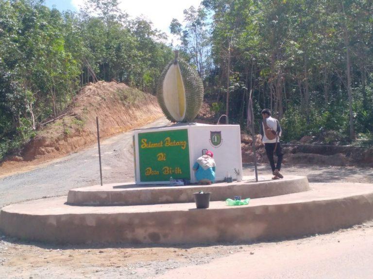 """Wow, """"Tugu Durian Mempercantik Desa Biih """""""