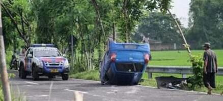 Diduga Sopir Ngantuk, Mobil Jungkir Balik
