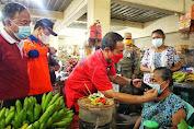 Blusukan Ke Pasar, Bupati Gede Dana Bagikan Ribuan Masker
