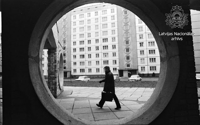 """1988 год. Рига. Плявниеки. Jasmuižas iela. Ārstnieciski diagnostiskā kooperatīva """"Veselība"""" ārsts Juris Meijers dodas pie pacienta"""