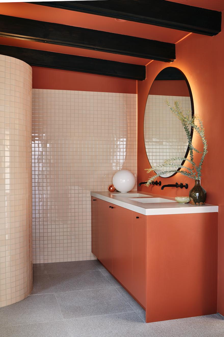 une salle de bains terracotta et mosaiques