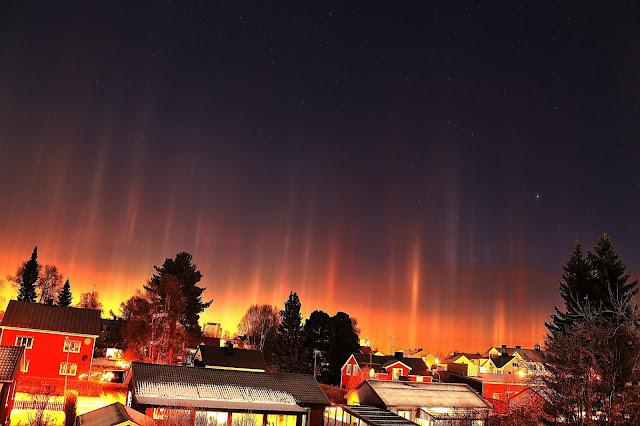 Hiện tượng quang học Light pillar - Cột sáng ở thành phố Boden, nước Thụy Điển vào đêm 8/11/2014. Thời tiết lúc này là lạnh âm 15 độ C và có rất nhiều tinh thể băng trong không khí. Tác giả hình : Birgit Bodén.