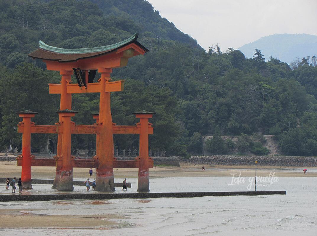 Gente alrededor del torii marea baja