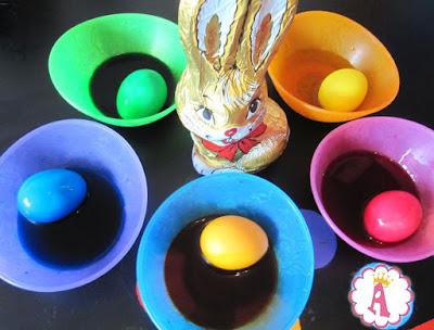 Яйца к Пасхе можно раскрашивать, а можно украшать с помощью флеш тату