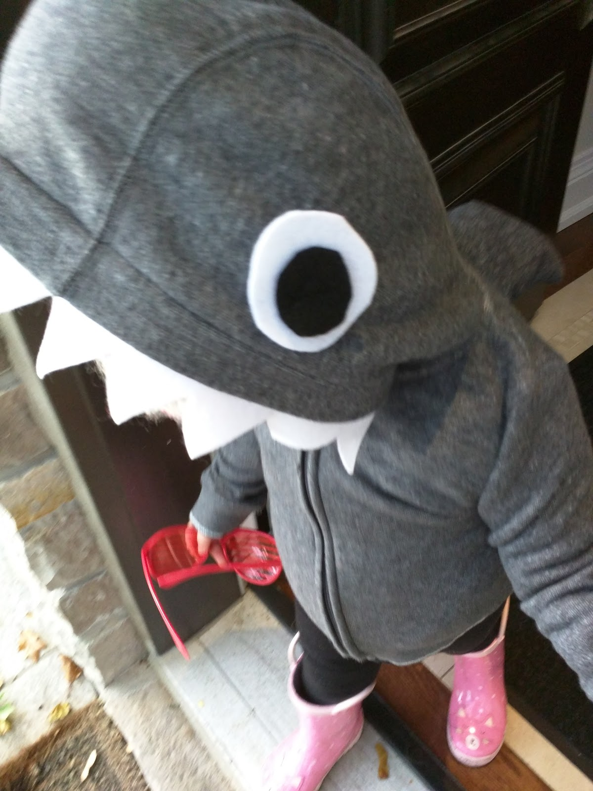 Halloweu0027en is around the corner and I thought Iu0027d share some inspiration for a toddler costume! I always liked Halloweu0027en as a holiday but now I like it ... & tarts u0026 crafts: DIY toddler shark costume