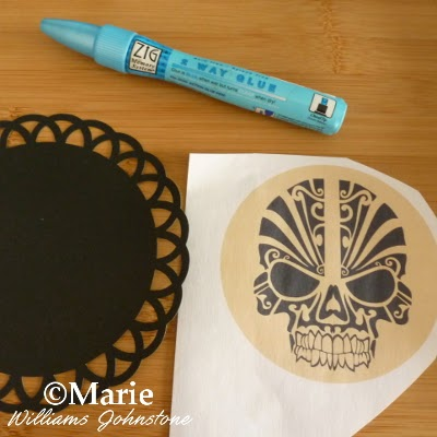 Skull free printable, zig glue pen and black scallop frame