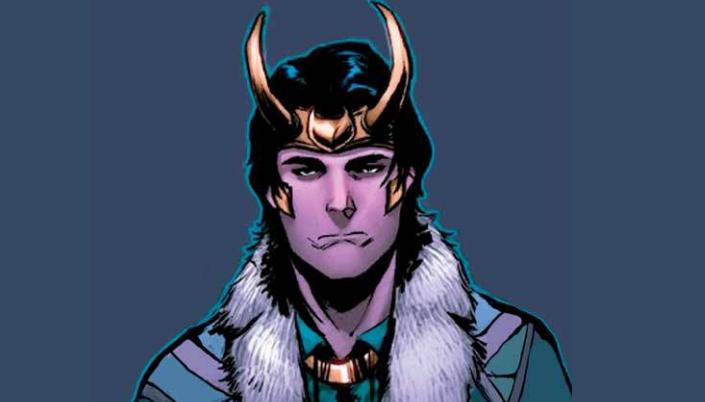 Imagem: fundo azul-escuro com a imagem de Loki das HQs, um homem branco com cabelos pretos longos, usando um casaco verde com detalhes marrons e pele ao redor dos ombros e um elmo ou coroa de ouro com longos chifres.