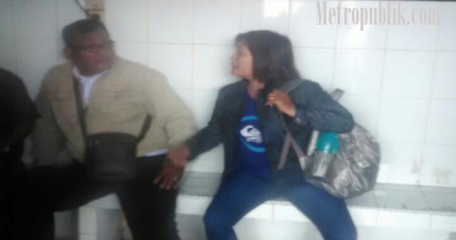 Mencoba Menikam Salah satu wartawan, Simon Tidur di Sel