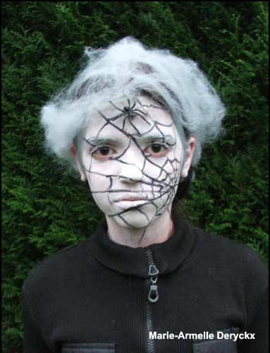 Maquillajes una telaraña en la cara halloween