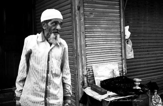monochrome monday, black and white weekend, black and white, street portrait, street photo, street photography, chor bazaar, mumbai, india,