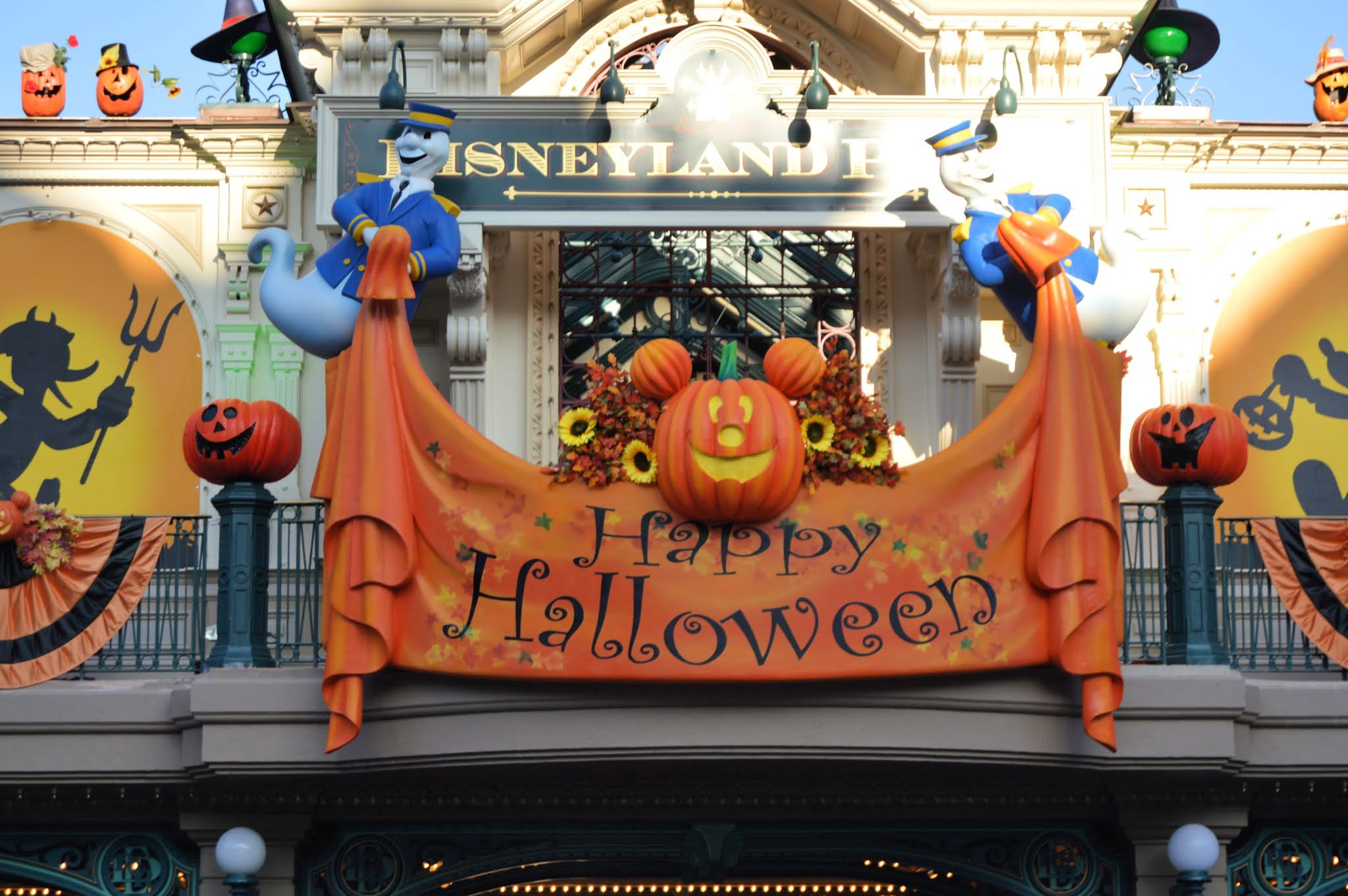 Happy Halloween Sign at Disneyland Paris