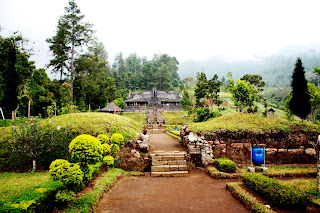 Candi Cetho: Candi di Lereng Gunung Lawu. emawdewi