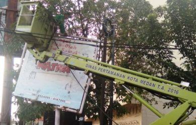 Wow! Sudah 906 Unit Papan Reklame Bermasalah di Medan Ditumbangkan