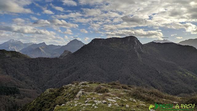 Vista desde el Alto Llerandi hacia la Mota Cetín