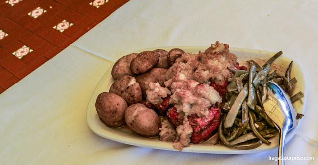 Lombo de porco com batatas ao murro servido em Amarante, Portugal