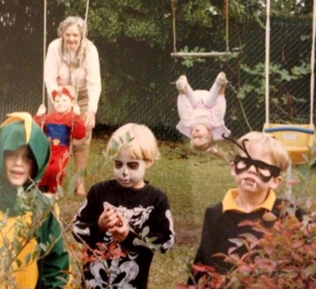 The Definition Of Bad Luck In 26 Images - Halloween 1989. This is me on the right. Guess where my sister is.