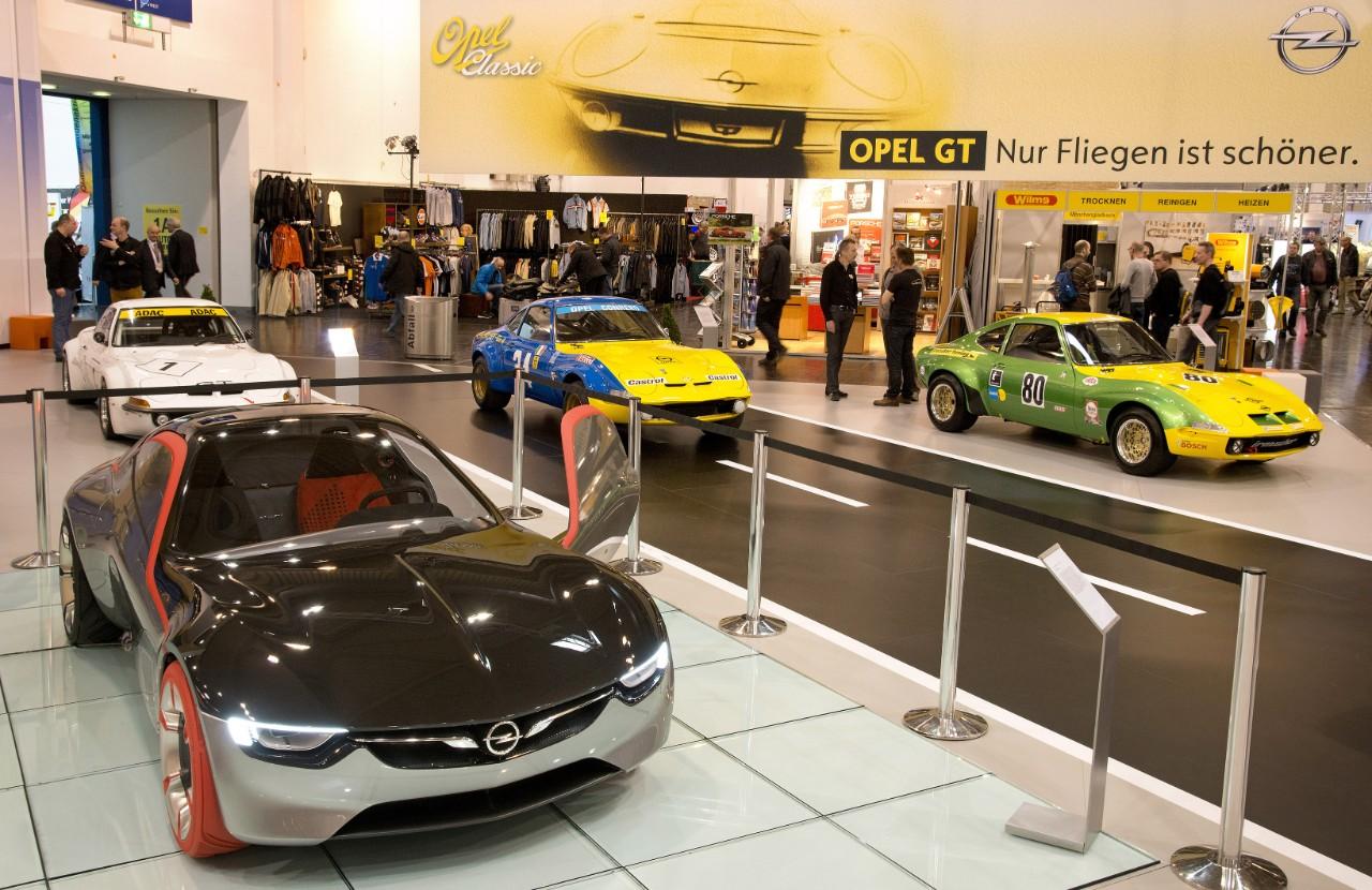 Η Opel παρουσίασε το GT Concept πλαισιωμένο από ιστορικά μοντέλα Opel GT στη μεγαλύτερη έκθεση κλασικών αυτοκινήτων