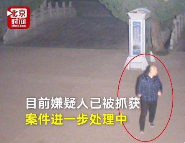 Cặp đôi đắm đuối tâm sự trong công viên, mất điện thoại trong 6 giây mà không hay biết