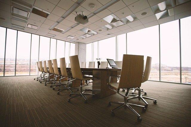 ruangan meeting yang belum didatangi orang