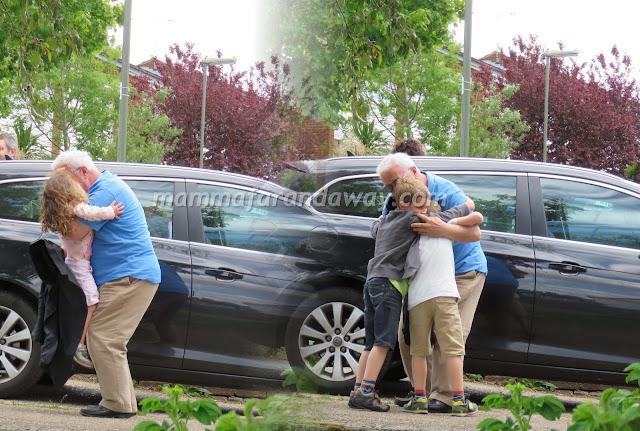 abbraccio dei nonni