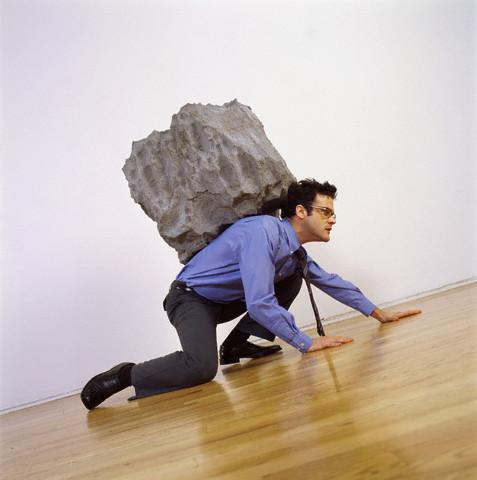 El necio que cargaba piedras