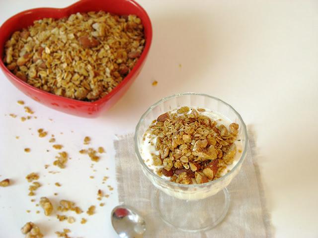 Granola aux flocons de millet et graines de chanvre.