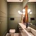 Lavabo com paredes verdes e boiseries + cuba de mármore e quadro apoiado!
