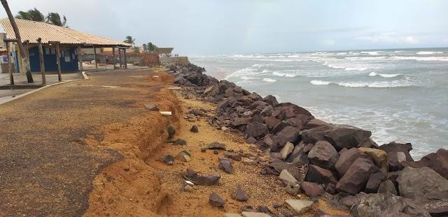 Avanço do mar interfere no dia a dia de moradores da Praia da Caueira