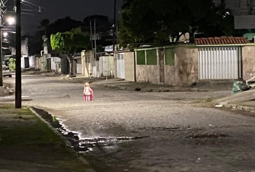 Sentada em cadeira, boneca 'faz segurança' de rua e viraliza na internet