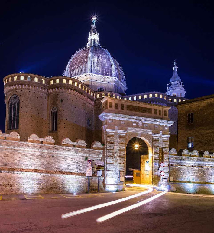 Loreto entrada da Basílica que custodia a Casa da Sagrada Família.
